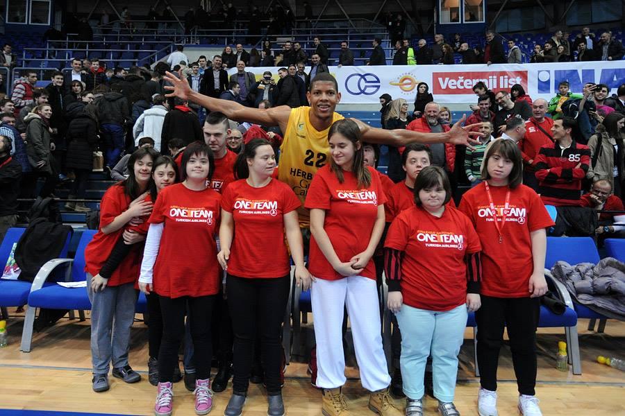 Edy Tavares (Herbalife Gran Canaria) con un grupo con Síndrome de Down Foto: Herbalife Gran Canaria