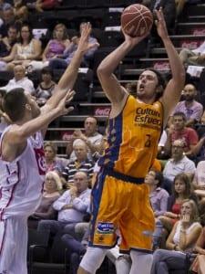 Loncar lanzando a canasta durante el partido disputado entre el Valencia Basket y el Cajasol de Sevilla.