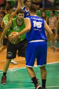 Pablo Hernández (Basketcaes/Azul) y Ricardo Briz (Authentic Classics/Verde) Foto: Bily Quintero