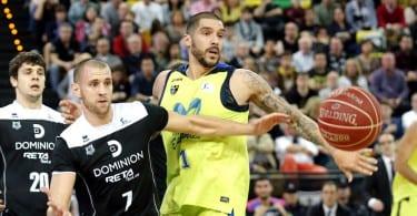 GRA232. BILBAO, 19/12/2015.- El nuevo jugador del Bilbao Basket Alex Ruoff (7) disputa un balón con el jugador del movistar Estudiantes Toni Mitchell, (d) durante el partido de la Liga ACB disputado esta tarde en el Bilbao Arena. EFE/Luis Tejido