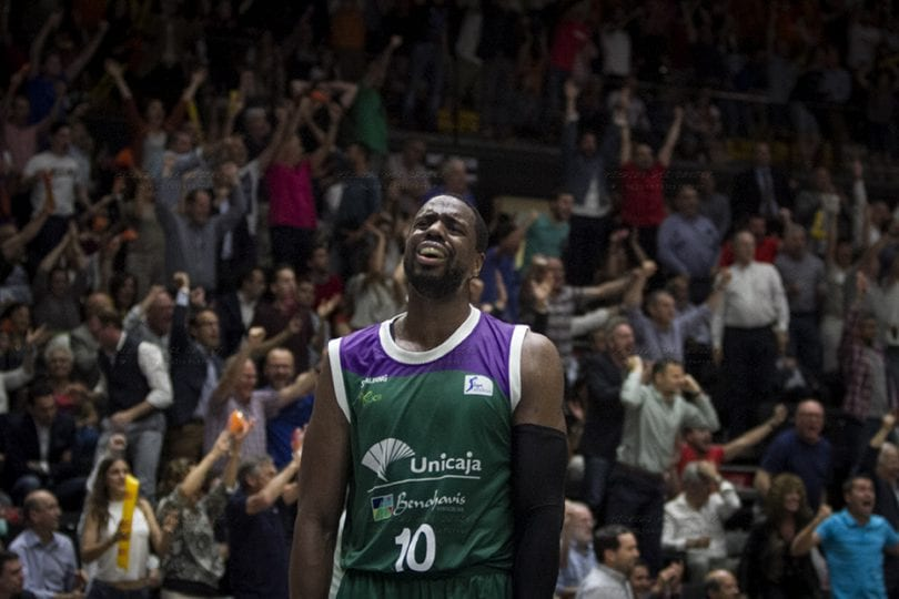 El jugador el Unicaja Will Thomas lamentándose de la derrota de su equipo frente al Valencia Basket, en el primer partido del Play oof por el Titulo de la Liga Endesa -ACB.