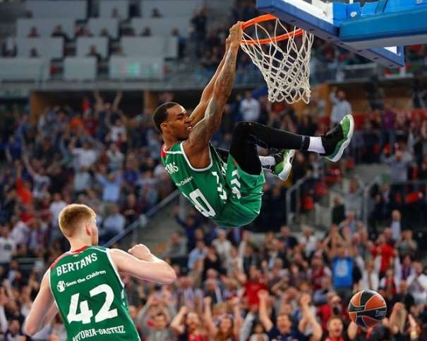 Euroleague-Basketball-Palyoffs-darius-adams-laboral-kutxa-vitoria-gasteiz-2015-2016-Victoria-Mate-Dunk-Davis-Bertans-Second-Game-optimizada-web-605-72
