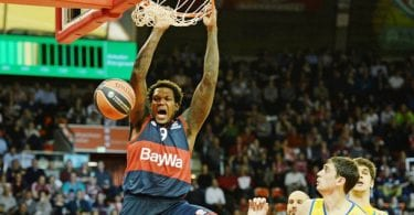 power-forward-deon-thompson-stopft-den-ball-in-den-korb-