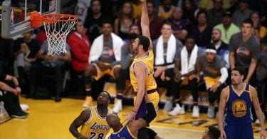 epa05618300 Los Angeles Lakers forward Larry Nance Jr. (C) prepares to dunk the ball against the Golden State Warriors in the first  half of their NBA game at Staples Center in Los Angeles, California, USA, 05 November 2016.  EPA/MIKE NELSON ORG XMIT: MAN06