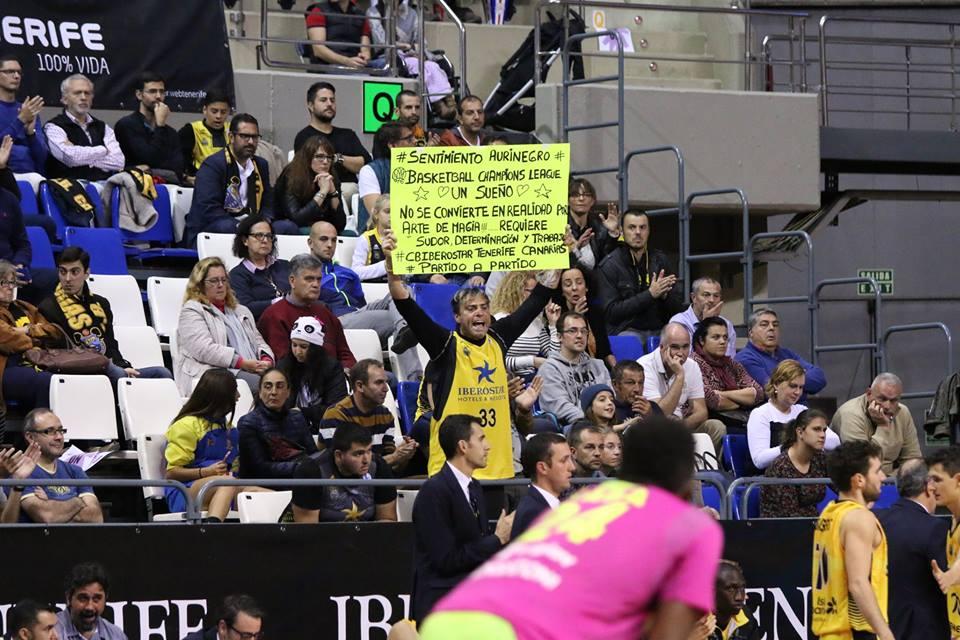 Alexis Navarro durante un partido con su conocida cartulina motivadora. Foto: Rafael Maceira