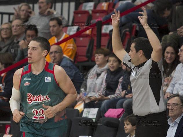 Triple de Bamforth, jugador del Baloncesto Sevilla.